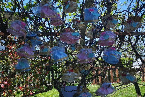 l'albero di angioletti realizzato da Silvia Bana